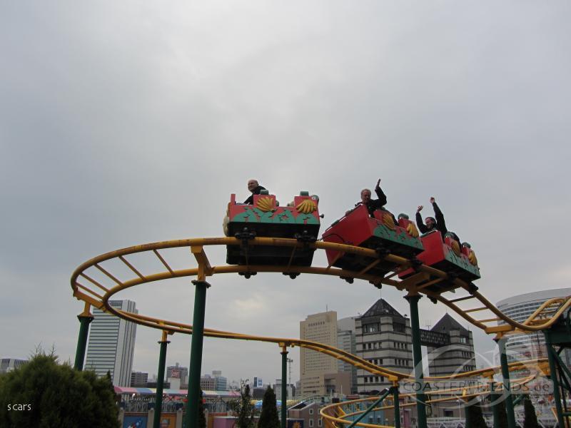 Family Banana Coaster im Park Yokohama Cosmoworld Impressionen
