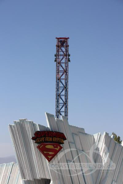 Superman: Escape from Krypton (Rechts) im Park Six Flags Magic Mountain Impressionen